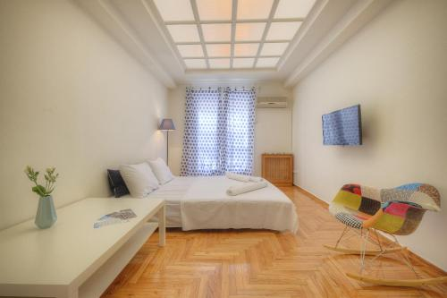 A bed or beds in a room at Syntagma cozy apartment