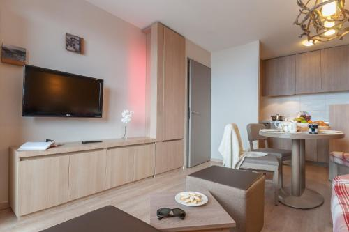 A television and/or entertainment center at Résidence Pierre & Vacances Atria-Crozats