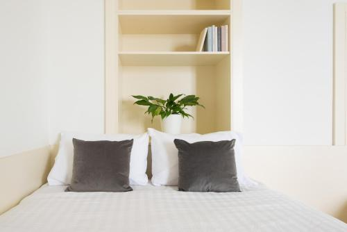 A bed or beds in a room at myNext - Johannesgasse Apartments