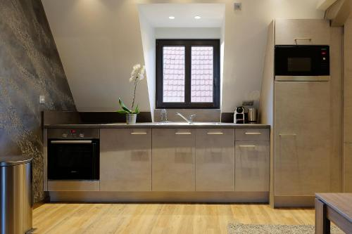 A kitchen or kitchenette at The One Apartments