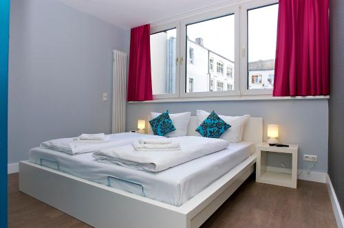 A bed or beds in a room at Apartmenthouse Berlin - Am Görlitzer Park