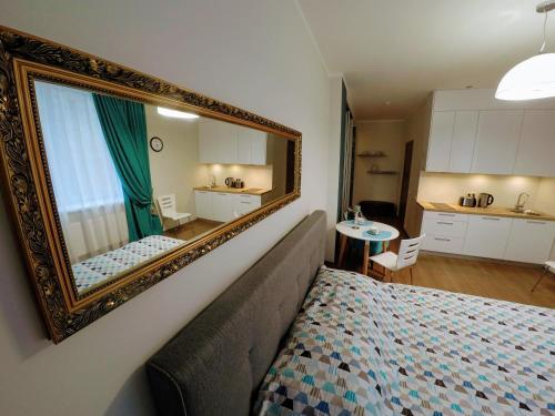 Virtuve vai virtuves aprīkojums naktsmītnē Home in Riga Penthouse