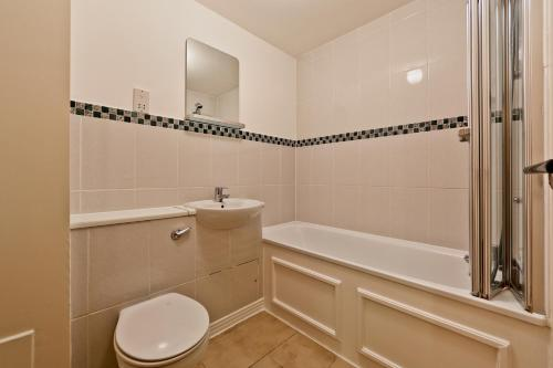 A bathroom at Modern Apartment near St Pauls Cathedral