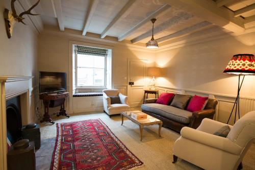 Charming comfy central cottage with parking