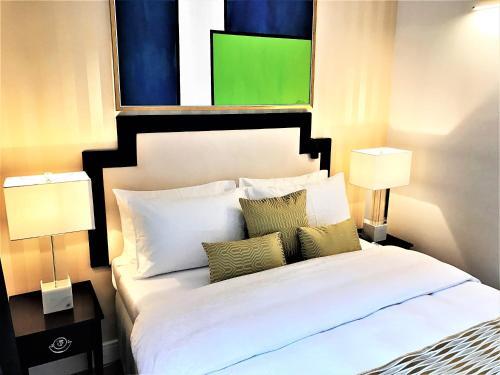 En eller flere senger på et rom på Luxury Apartments MONDRIAN Market Square II