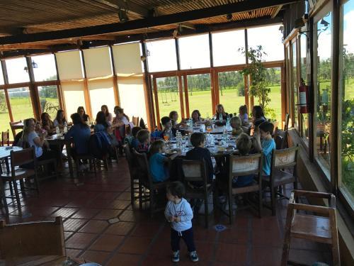 Un restaurante o sitio para comer en Pueblo Chico Agroturismo Hotel