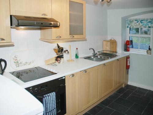 A kitchen or kitchenette at Chapelfield Cottage