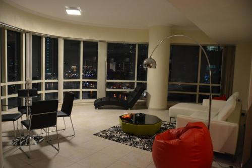 Luxury apartment w/ STUNNING view of Dubai Marina!