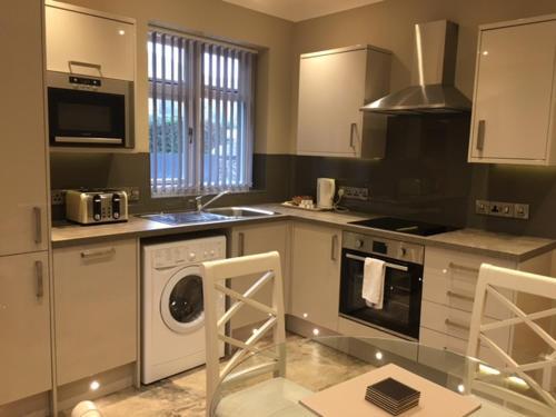 A kitchen or kitchenette at Llys y Barnwr - Judge's Court