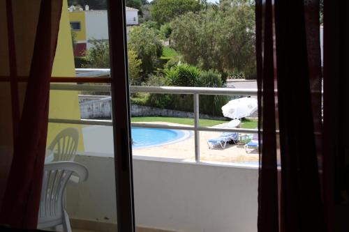 Uma vista da piscina em Apartamentos Santa Teresinha ou nas proximidades