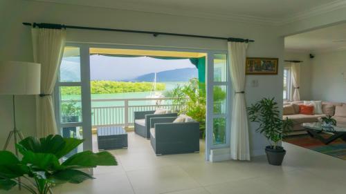 One Love Luxury Penthouse Apt w/ Sea View Lagoons Sleeps 6