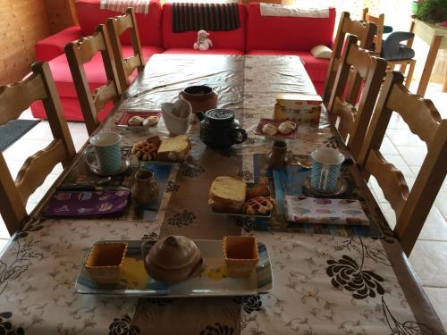 A restaurant or other place to eat at La Maison du pecheur