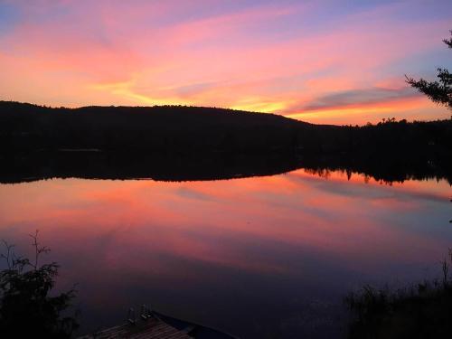 Pogled na izlazak ili zalazak sunca iz planinskih kuća