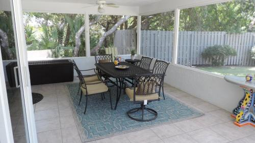 The Grey Pelican - Pool Home - Walking Distance to Beach