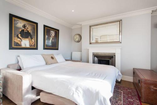 A bed or beds in a room at Portobello Luxury Apartments