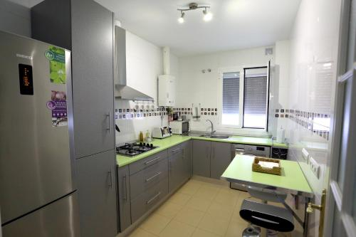 A kitchen or kitchenette at apartamento Duque de Arcos 2