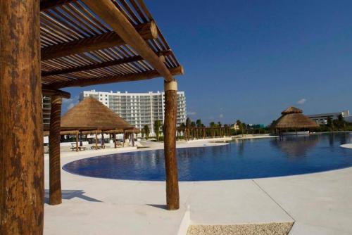 The swimming pool at or near Departamento Amara
