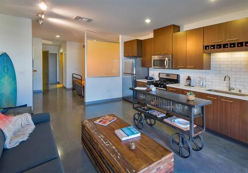 Modern Downtown Condos 3BR/2BA