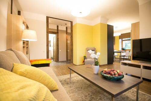 Atpūtas zona naktsmītnē Bright and cosy apartment in Riga