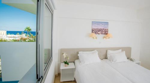 Кровать или кровати в номере Alva Hotel Apartments
