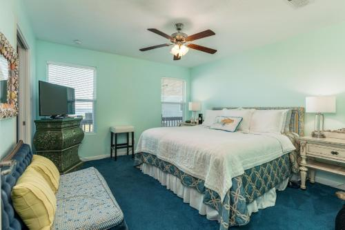 A bed or beds in a room at Crystal Cottage