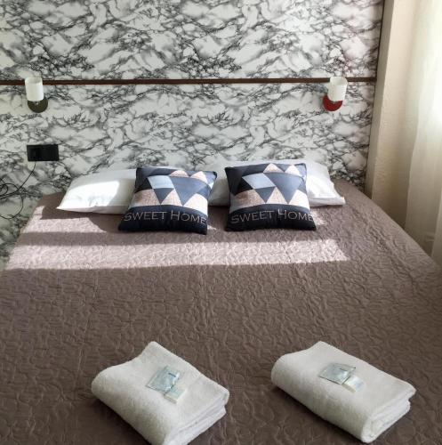 A bed or beds in a room at Hôtel des Ambassadeurs