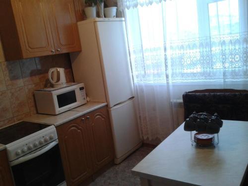 Кухня или мини-кухня в Apartment on Neftyannikov 85