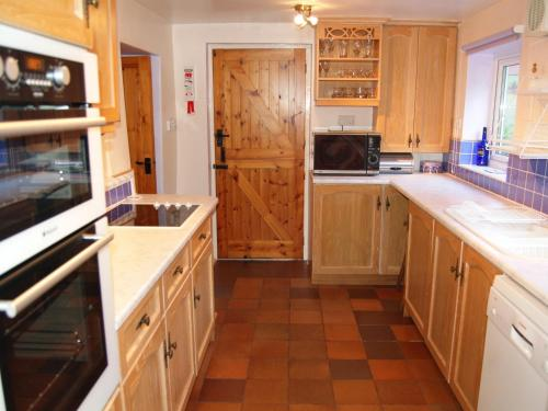 A kitchen or kitchenette at Croft Cottage