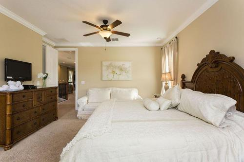 Un ou plusieurs lits dans un hébergement de l'établissement 1041 Reunion Resort 5 Bedroom Villa