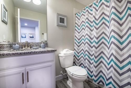 Salle de bains dans l'établissement 4755 Storey Lake Resort 5 Bedroom Villa