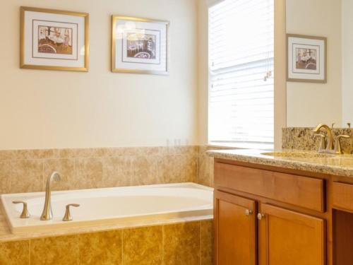 Salle de bains dans l'établissement 8866 Paradise Palms 5 Bedroom Villa
