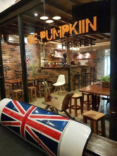 A restaurant or other place to eat at De Pumpkiin Hostel