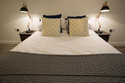 A bed or beds in a room at Caro Short Stay Parker Street