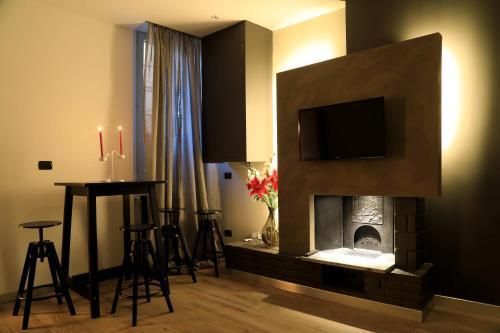 Televízia a/alebo spoločenská miestnosť v ubytovaní Sforza Apartment Near Duomo