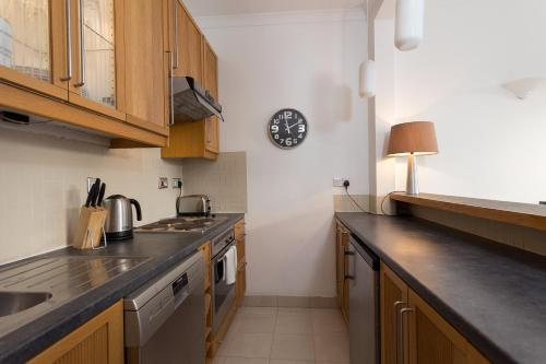 A kitchen or kitchenette at 1 Bedroom Apartment in Notting Hill Accommodates 2