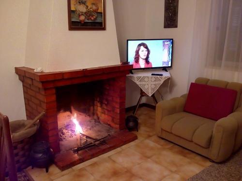A television and/or entertainment center at Casa da Fonte de Rabal