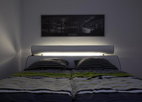 Un pat sau paturi într-o cameră la Prenzlauer Berg's Cosiest Private Studio