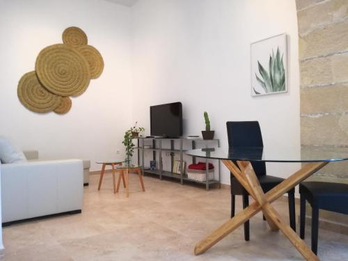 Charming Apartment with Patio + Wifi