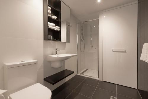 A bathroom at Apartments Melbourne Domain - CBD Paris End