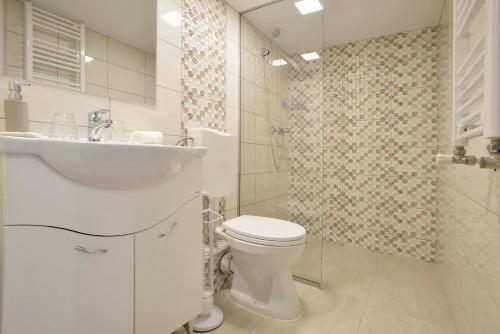A bathroom at Five Seasons Apartments