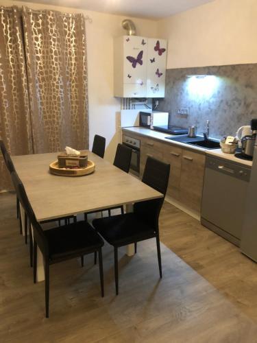 A kitchen or kitchenette at Appartement tout confort Ugine