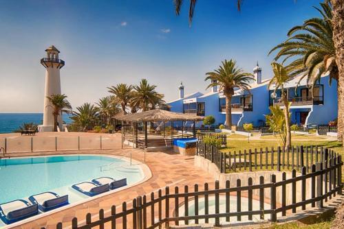 Het zwembad bij of vlak bij Bungalow Duplex Sun Club Playa del Aguila