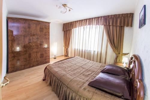 Кровать или кровати в номере Home Apartments on prospekte Octabrya