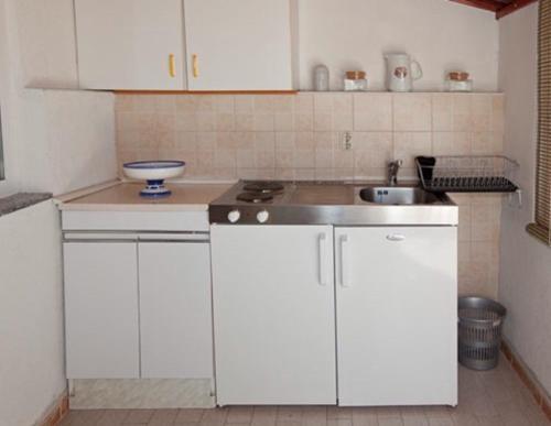 A kitchen or kitchenette at Apartments Kassa