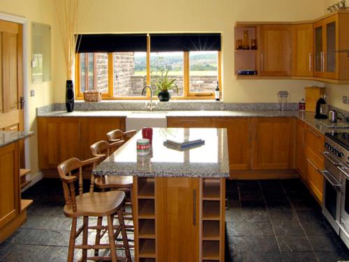 A kitchen or kitchenette at The Old Robin Hood