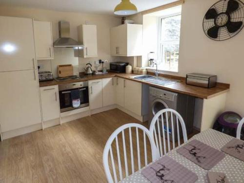 A kitchen or kitchenette at Snowdonia Cottage
