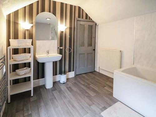 A bathroom at Maes Tegfryn