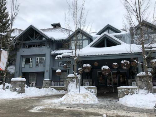 1 cozy hotel room at Glacier Lodge