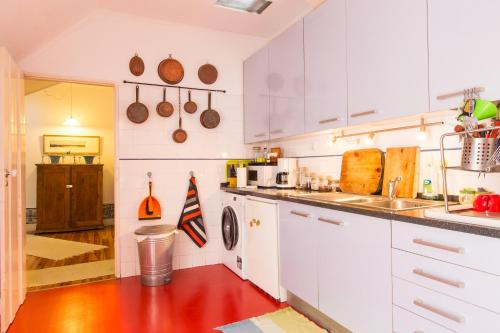 A kitchen or kitchenette at Green Vintage Apartment in Central Lisbon