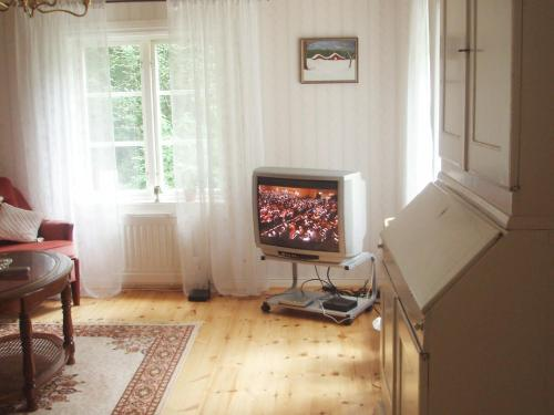 Télévision ou salle de divertissement dans l'établissement One-Bedroom Holiday home in Fjugersta